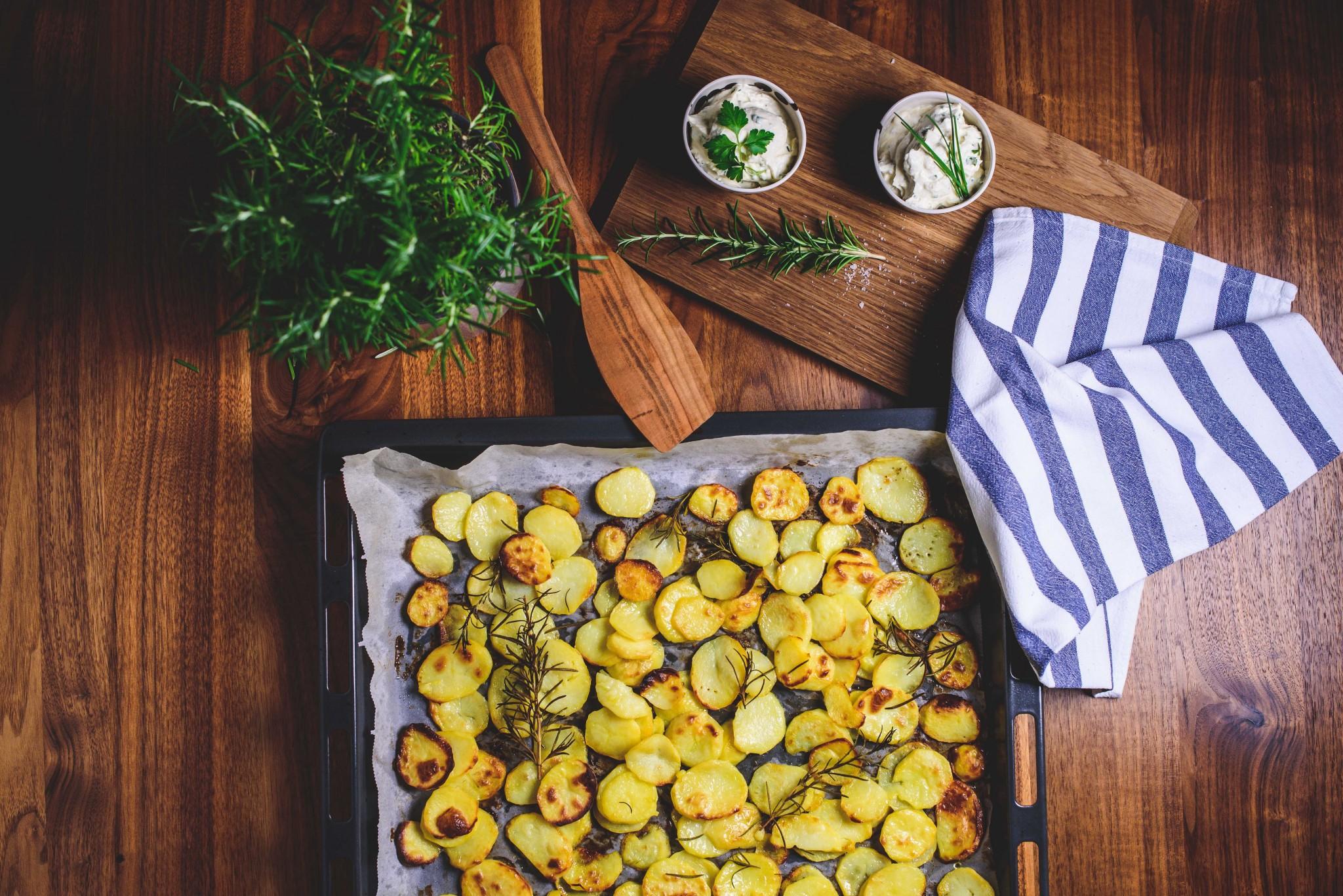 Knusprige Kartoffeln mit Kräuter-Topfen-Dip