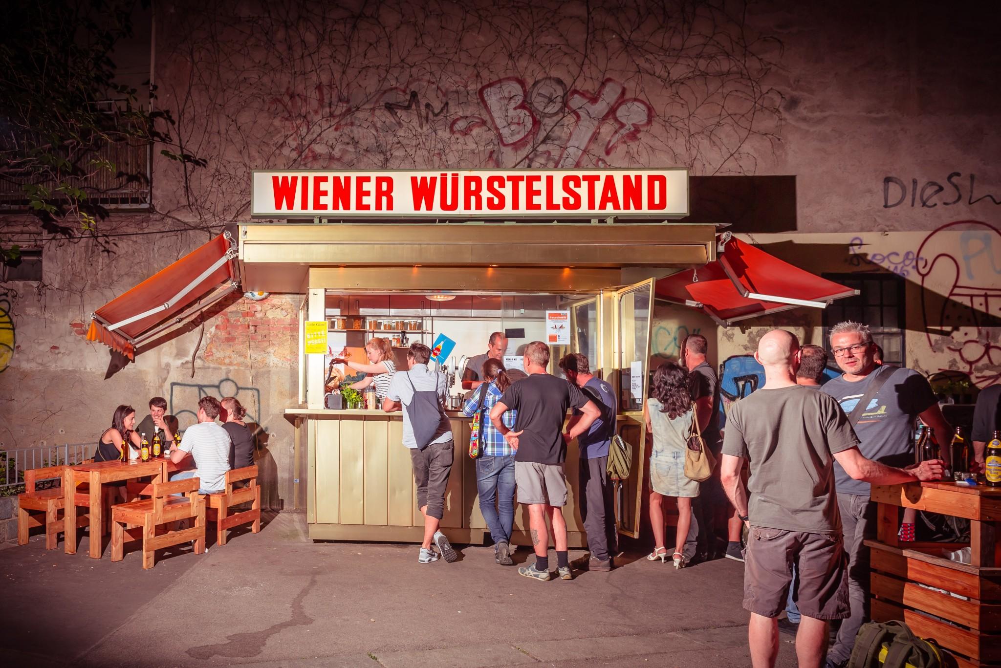 """Nix ist wurscht – ein Besuch am """"Wiener Würstelstand"""""""