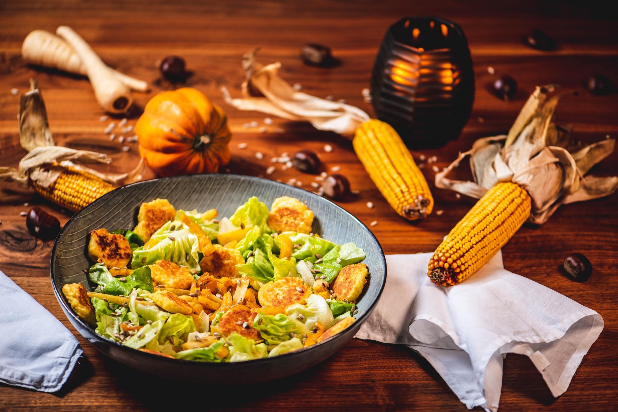 Salat mit karamellisiertem Herbstgemüse & Kartoffel-Blinis