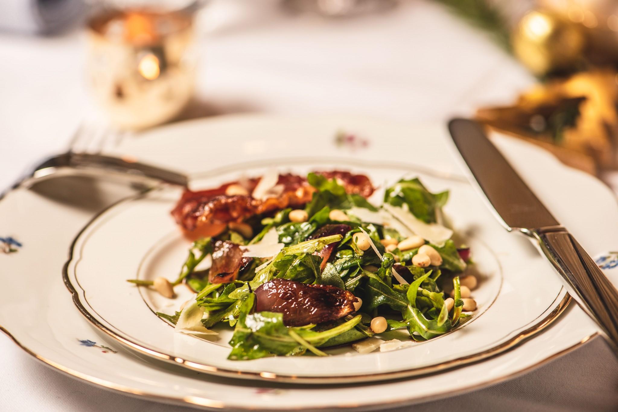 Rucola-Salat mit gebratenem roten Zwiebel & Rohschinken