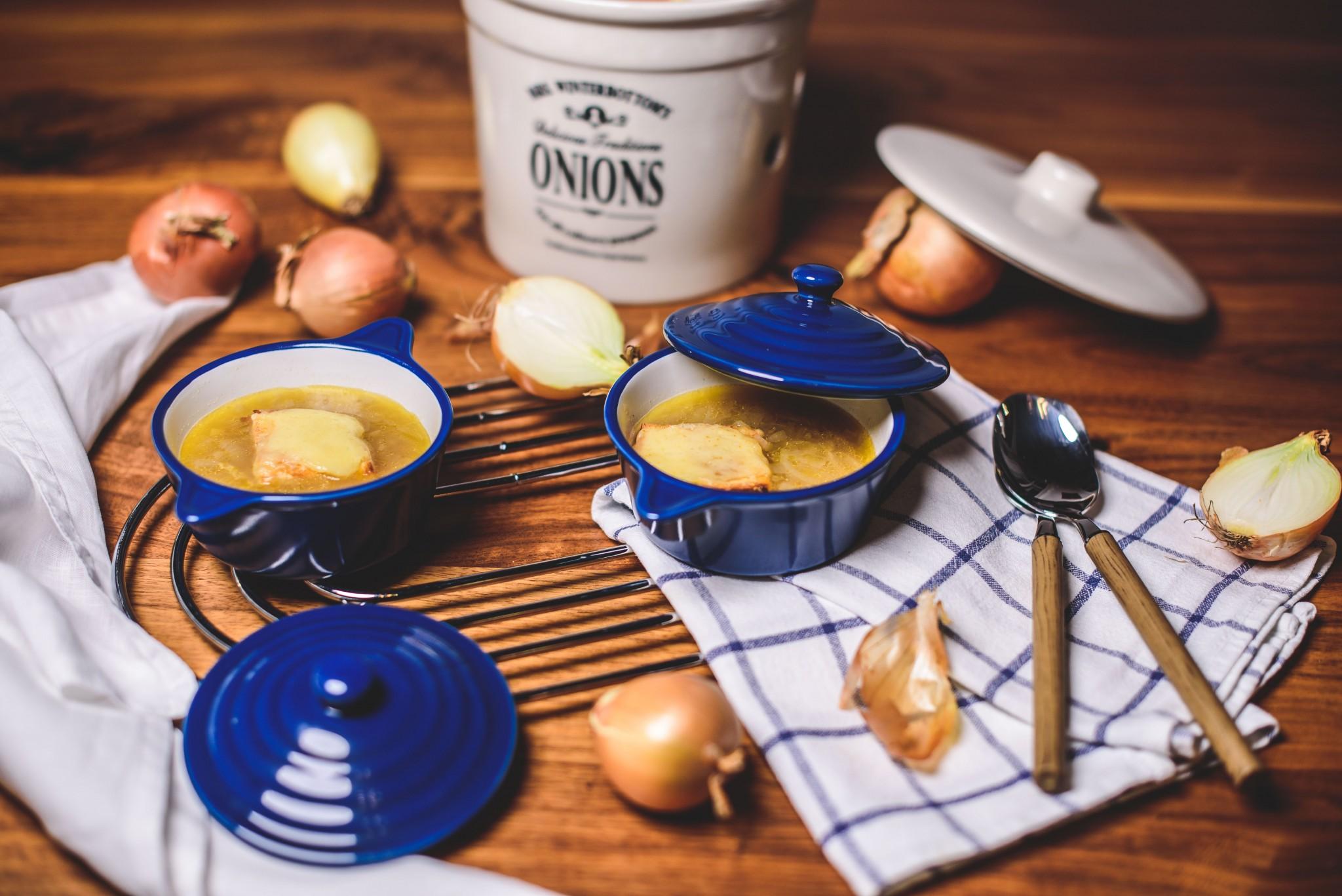 Zwiebelsuppe mit Käsekrusteln