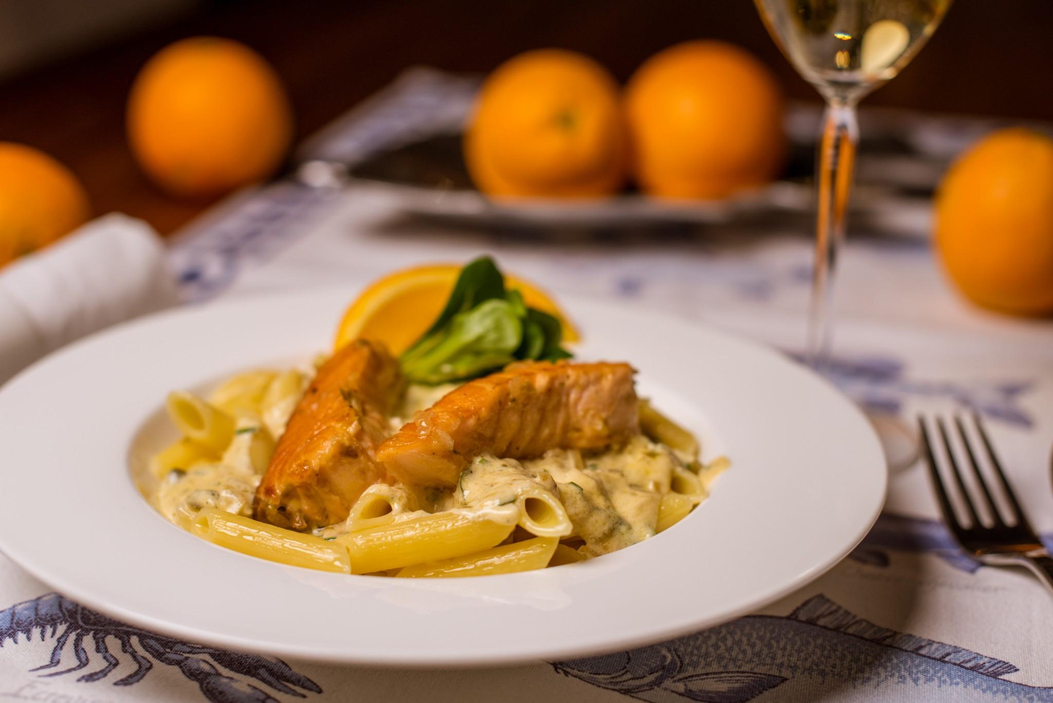 Pasta mit Lachs in Orangensauce