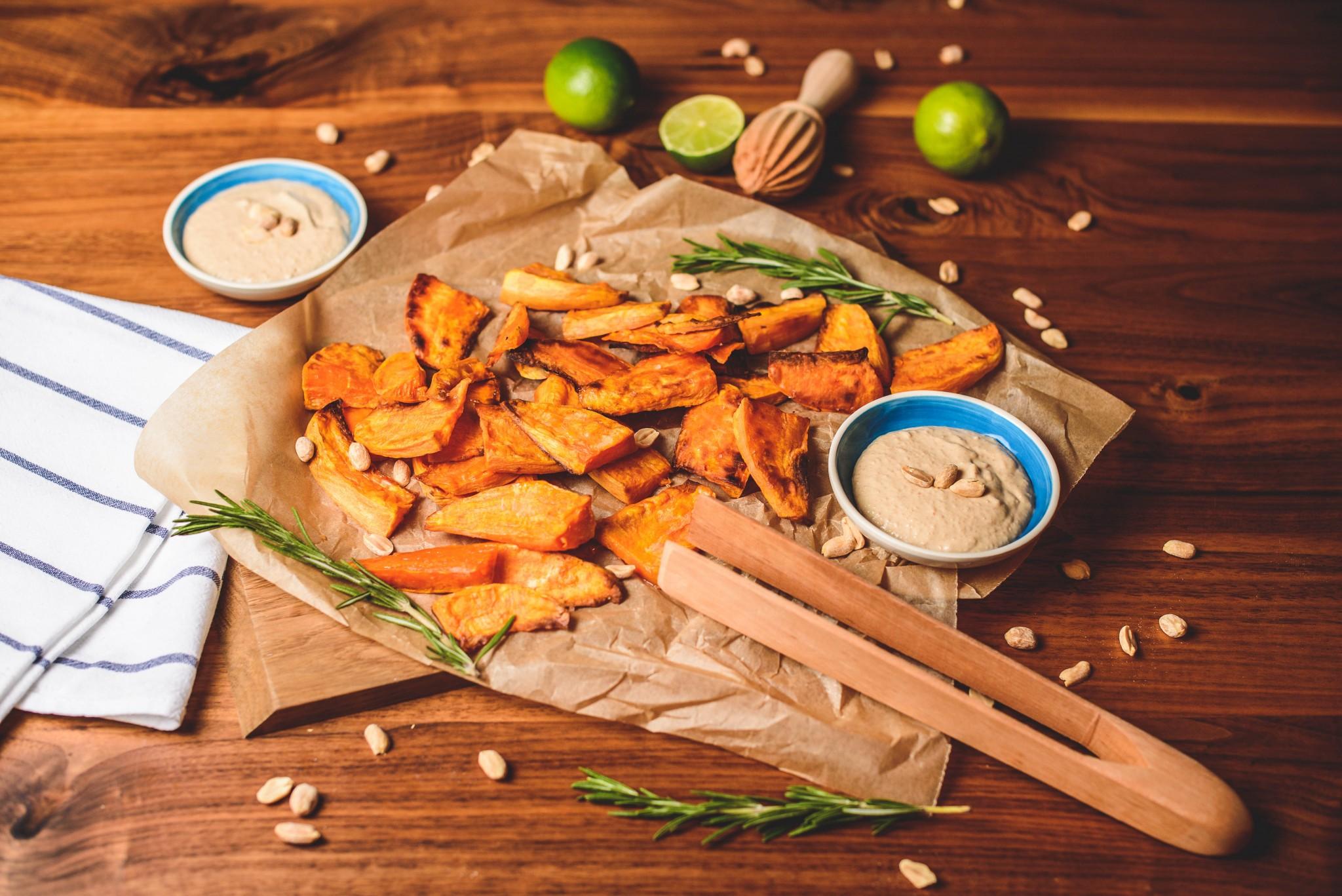 Süsskartoffel-Wedges mit Erdnussdip