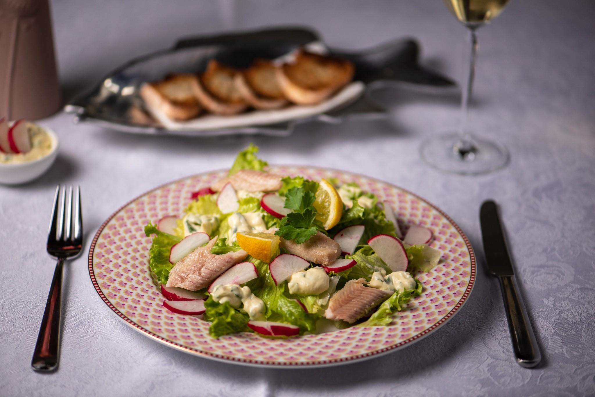 Frühlingssalat mit Räucherfisch und Senfcreme