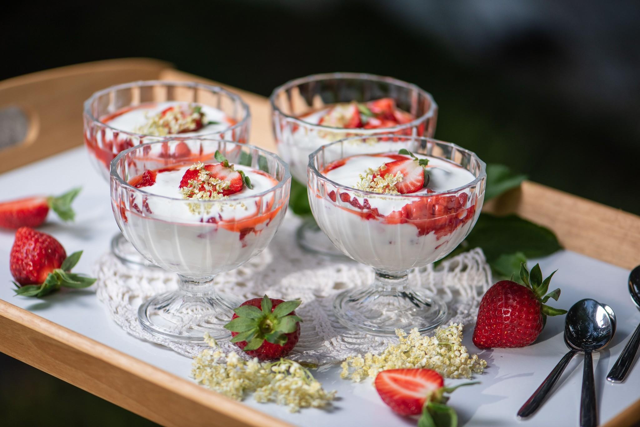 Schnelle Topfencreme mit Holunder & Erdbeeren