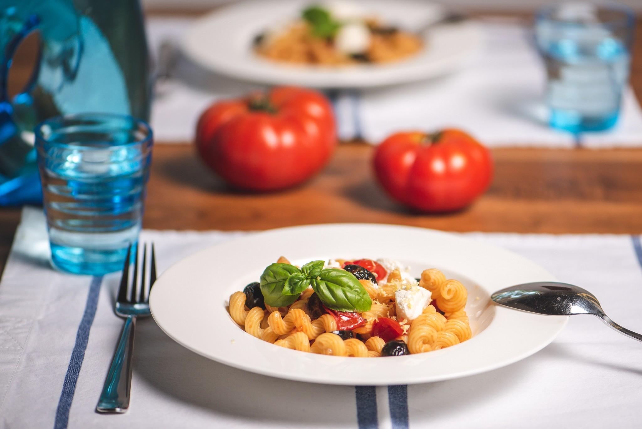 Schnelle Pasta mit geschmorten Tomaten & Ricotta