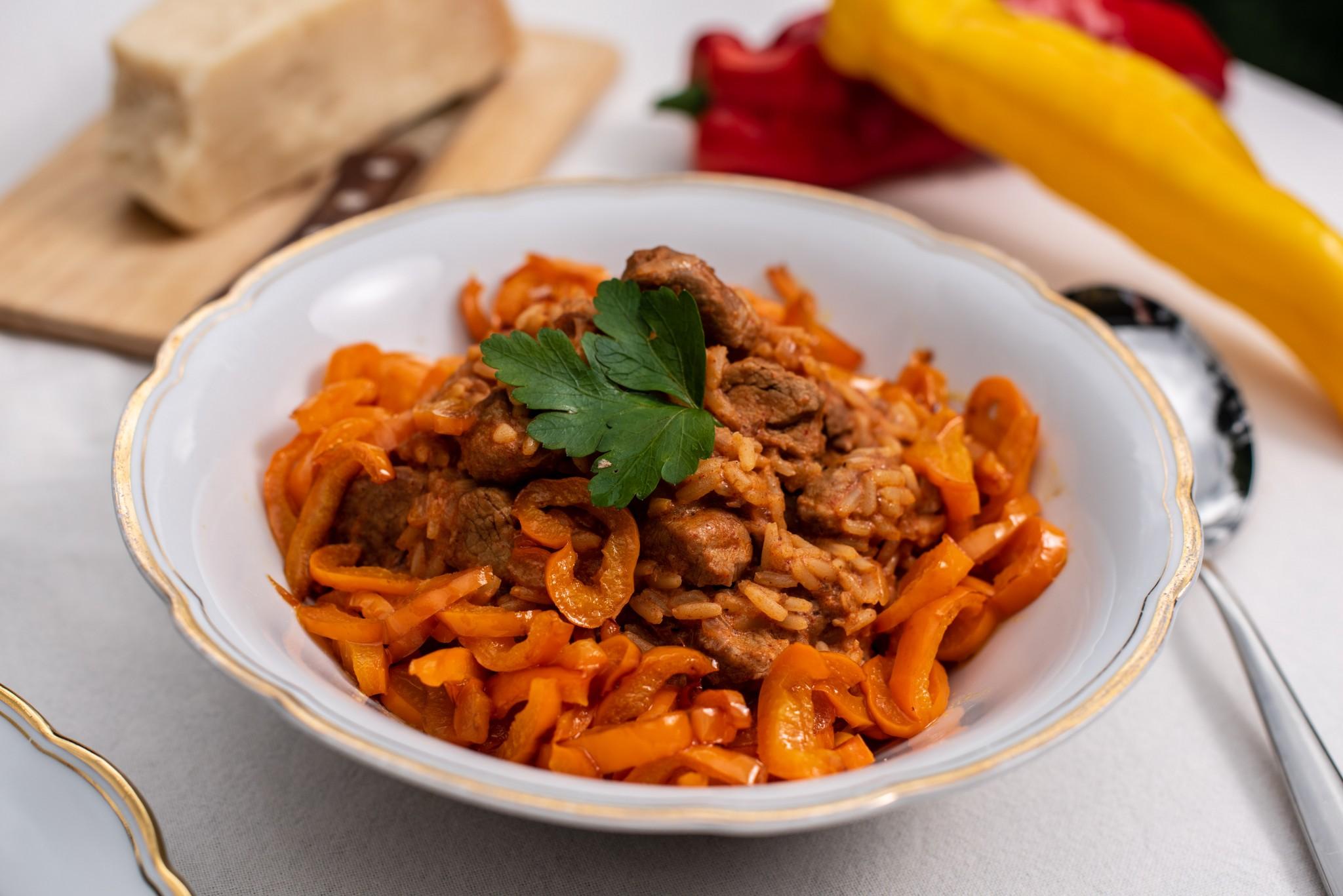Reisfleisch mit geschmortem Paprika
