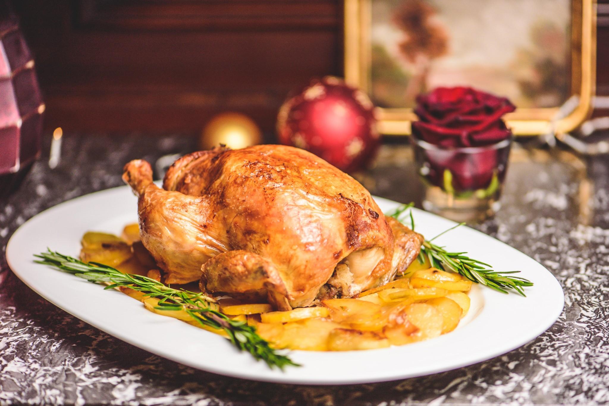 Am Kartoffelbeet aufgesetztes gefülltes Huhn