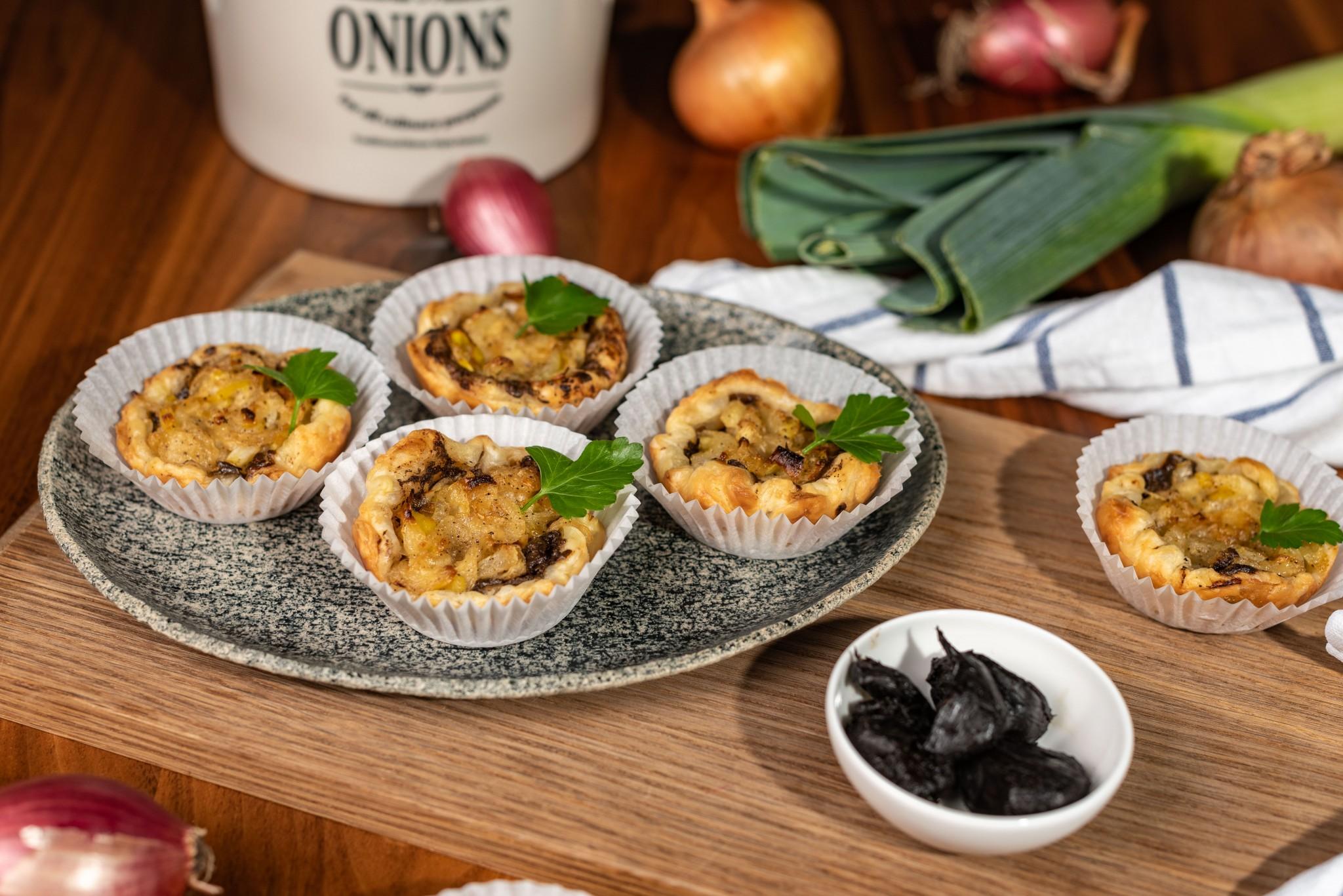 Zwiebel-Lauch-Tartelettes mit schwarzem Knoblauch