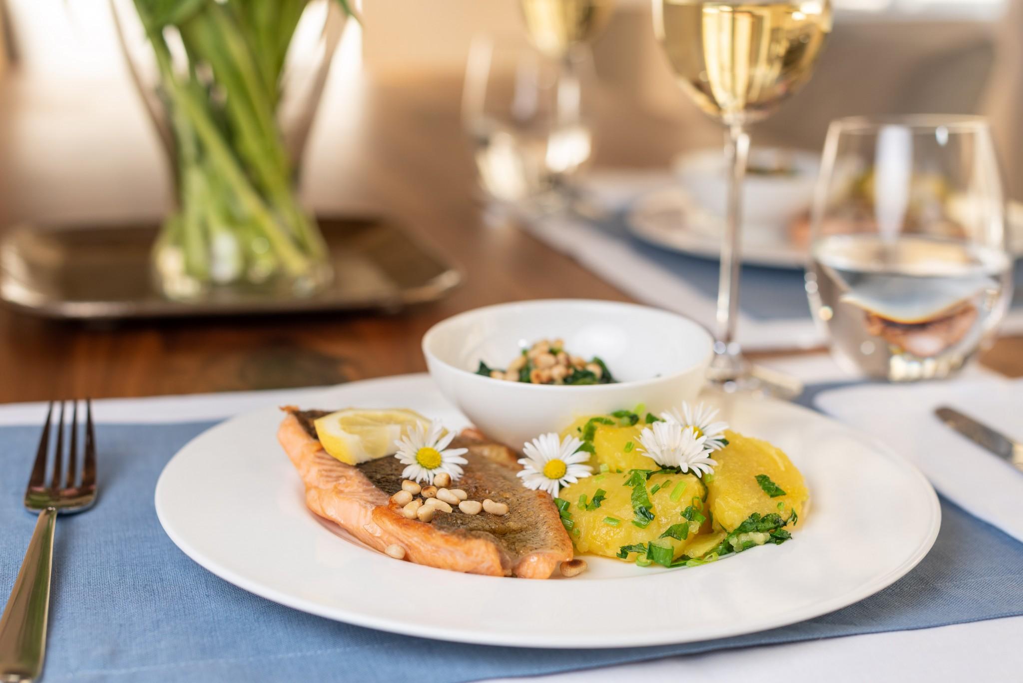 Lachsforelle mit Spinat & Kräuterkartoffeln